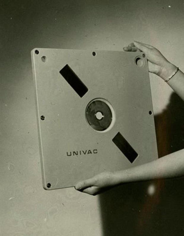 univac-9000-series-disk-cartridge-prototype-with-a-2-2-mb-capacity-1966